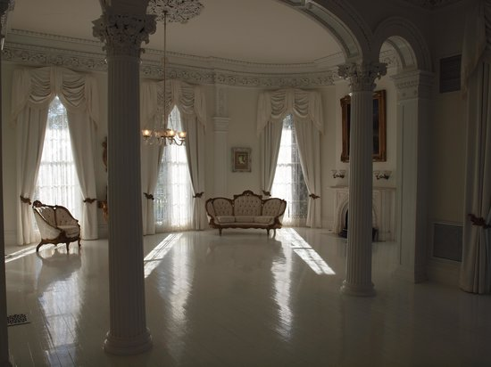 Nottoway Plantation Resort : Nottoway's beautiful white ballroom