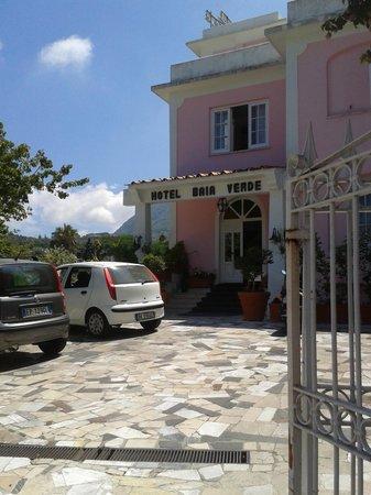 Hotel Baia Verde: ingresso hotel con poche auto