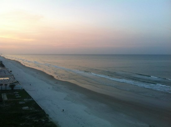Tropic Shores Resort: Beach to North