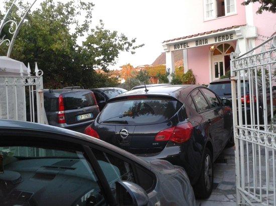 Hotel Baia Verde: parcheggio con 8 macchine