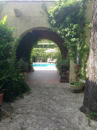 Le Mas de Mougins : From the parking lot to the pool