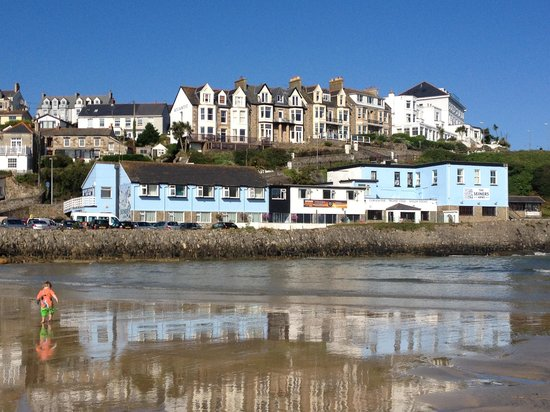 The Seiners Arms : View of hotel from other side of the beach