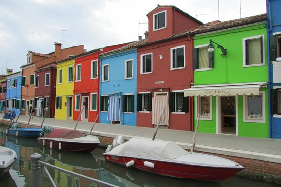 New Arte Fuga Glass Factory: The New Arte Fuga shop is located in one of the most coloured streets of Burano