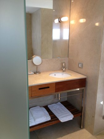 Hotel Tres: Bathroom, room 407, large shower to the left
