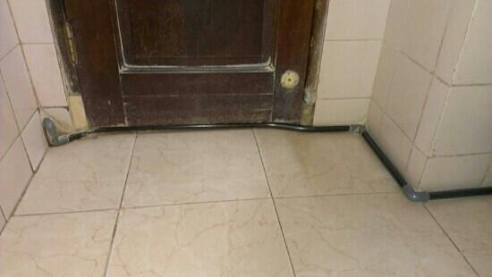 Grand Wisata: évacuation... passage sous la porte.