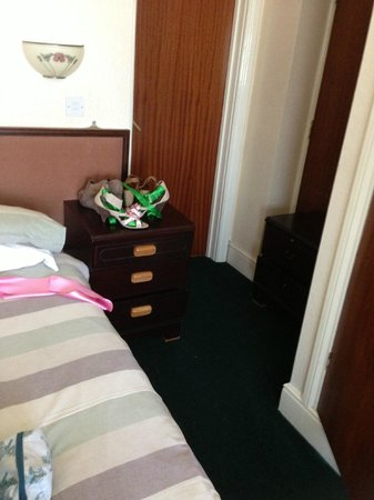 Manchester Hotel : bed cabinet