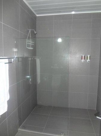 Hotel Plaza Yara: Shower