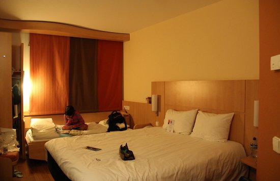 Ibis Muenchen City West: our triple bed room