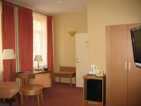 Mabre Residence Hotel: Sitting/desk area was quite roomy