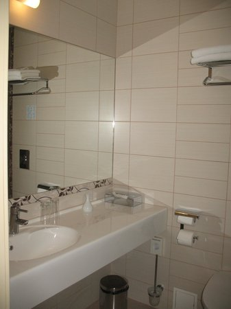 Mabre Residence Hotel: Bathroom had lots of counter space