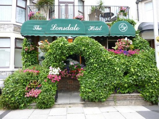 The Lonsdale Hotel: front entrance to lonsdale!!