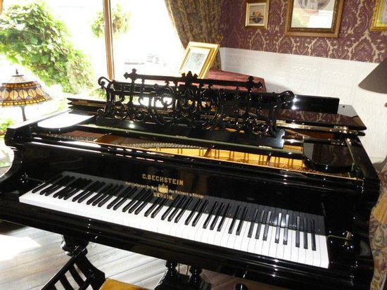 The Lonsdale Hotel: so impressed with this beautiful piano of steves!!
