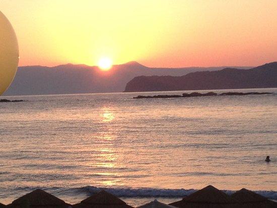 SunCity Hotel Studios: Sunset beach five minute walk from sun city