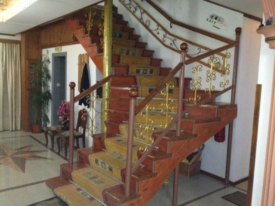 SunCity Hotel Studios: The beautiful staircase