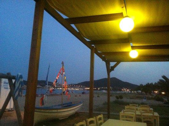 Vournelis Beach Hotel & Spa: Tavernenbereich am Strand