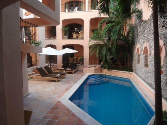 Acanto Boutique Hotel & Condominiums Playa del Carmen: Pol