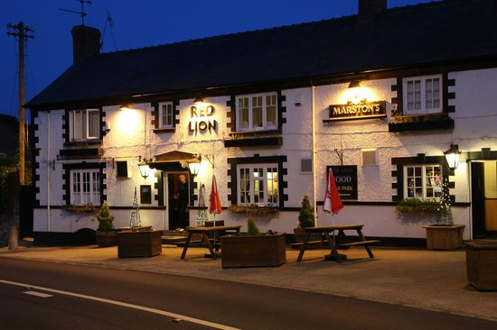 Red Lion Marchwiel: Warm & Inviting