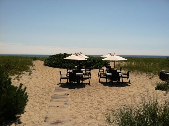The Summer House Restaurant: Actual beach seating