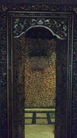 Puri Madawi: la porte de la salle de bain