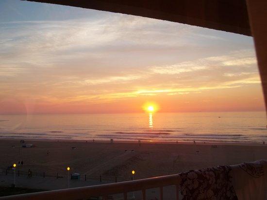 Quality Inn & Suites Oceanfront: Sunrise on VA Beach 2