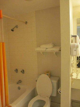 La Quinta Inn Bossier City : bathroom view 2