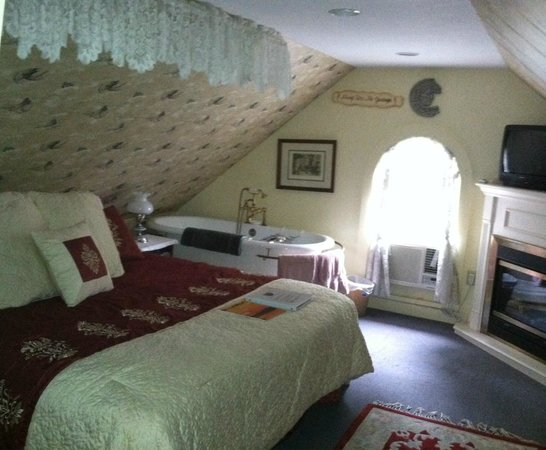 Angels' Watch Inn Bed and Breakfast: Angel Loft, up a steep, narrow staircase