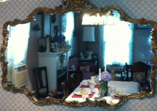 Angels' Watch Inn Bed and Breakfast: View through ornate dining room mirror