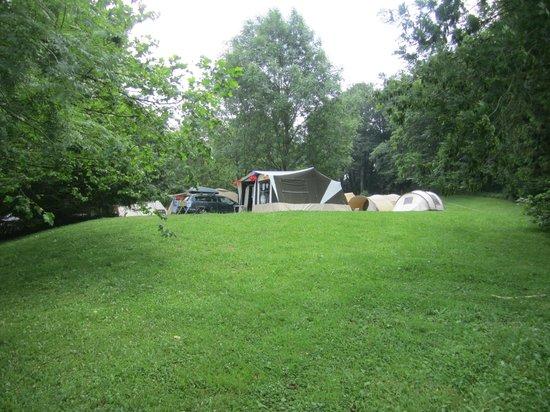 Camping Le Plo : Onze plek vanaf beneden gezien