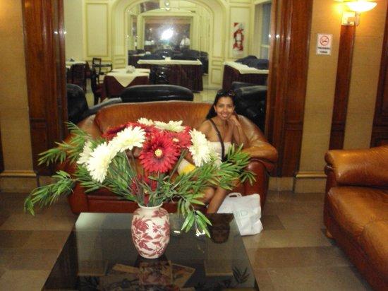 Hotel Lyon: Lobby y al fondo area de comedor