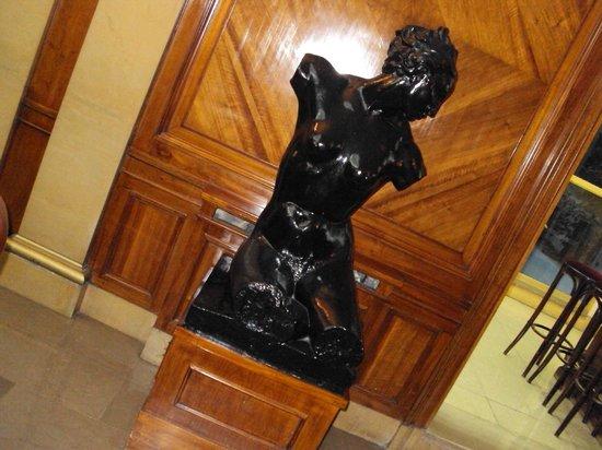 Hotel Lyon: escultura del lobby