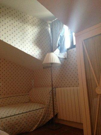 Salinas de Imon Hotel & Spa: Papel deteriorado en la habitacion