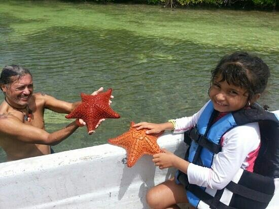 Mahahual Dive Centre: Chano y mi hija con las estrellas de mar