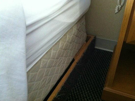 Fiddler's Inn North : This is as far as we could push mattress back on frame upon arrival.