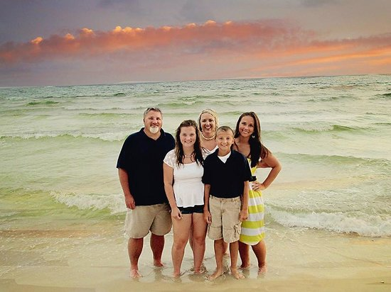 Splash Resort Condominiums Panama City Beach: Aaaah, family in front of PCB sunset.