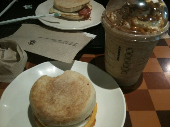 Starbucks: frapuchino cafe-caramelo y sandwich de huevo