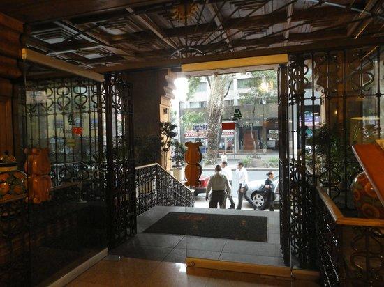 Hotel PF : Decoración preferentemente en madera con hierro