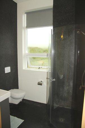 Volcano Hotel: Bathroom