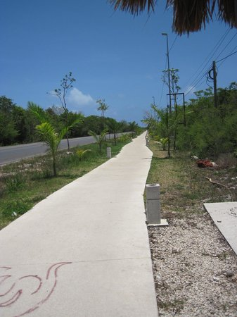 Maison Tulum: Bike path to the beach