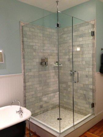 Woods Hole Inn: Gorgeous sparkling bathrooms