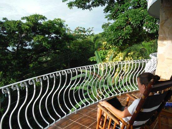 La Mansion Inn: Notre balcon, avec les jolies chaises de Sarchi