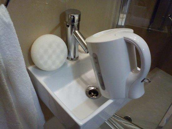 Cromwell International Hotel: Hard to fill kettle in small sink