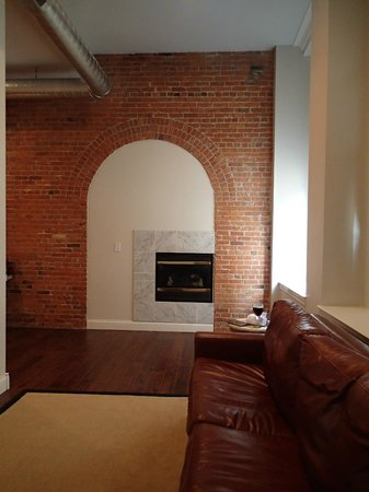 Lofts on Pearl : Fireplace (room 203)