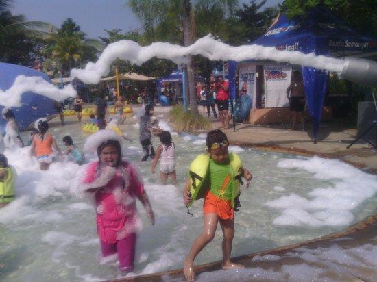 Surabaya, Indonesien: wahana baru di ciputra waterpark : mandi busa