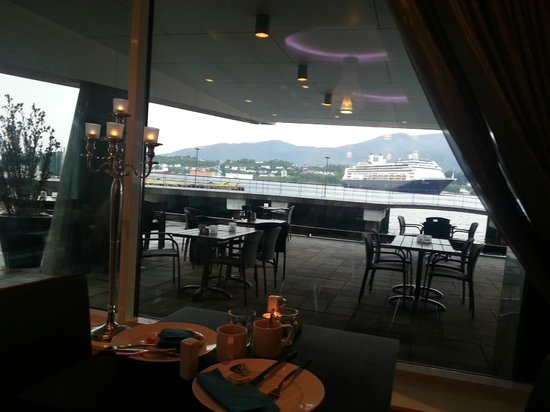 Quality Hotel Waterfront Alesund: View from the dining room (breakfast)