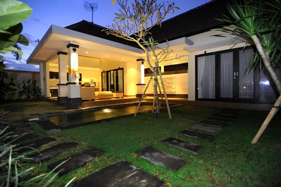 Tanjung Lima Villas: villa in the night