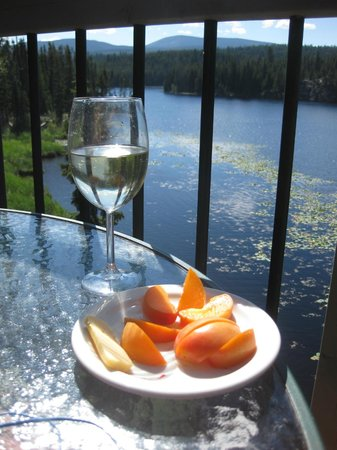 Idabel Lake Resort: Enjoying the best the Okanagan has to offer - wine, apricots and cheese!