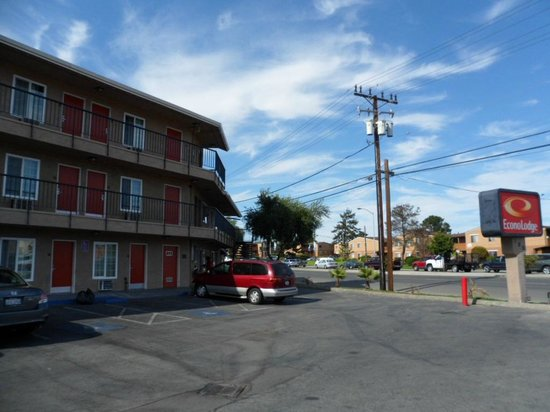 Econo Lodge Salinas: Looking at hotel entrance from parking lot.