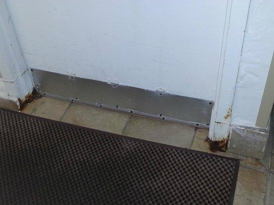 Hilton San Francisco Airport Bayfront: Pool door with rust