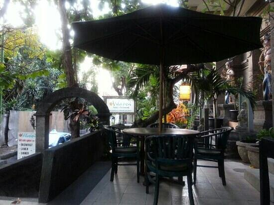 Vilarisi Hotel: Front porch/restaurant.. cozy for sitting enjoying your breakfast while looking at the street do