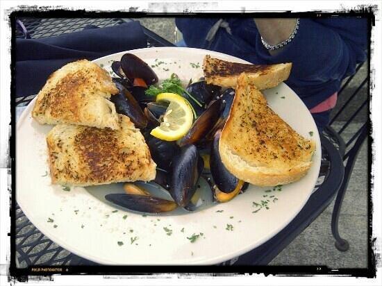 Bridgewater Ocean Fresh Fish House and Zebra Bar: Mussels in Wine/Garlic Sauce with Yummy Seasoned Bread